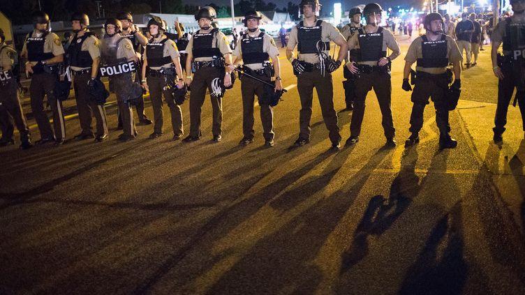 Des policiers montent la garde, le 10 août 2015 à Ferguson (Etats-Unis). (SCOTT OLSON / GETTY IMAGES NORTH AMERICA / AFP)
