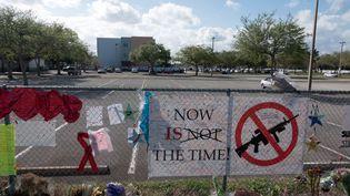 Des messages demandant des restrictions sur le port d'arme sur les grilles du lycée Marjory Stoneman Douglas, à Parkland (Floride, Etats-Unis) le 25 février 2018,où une tuerie avait fait 17 morts. (REUTERS)