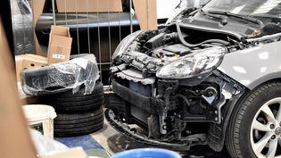 Pas de pièces pour réparer ce véhicule, immobilisé dans le garage d'un carrossier, le 21 octobre 2021. (DIMITRI MORGADO / RADIO FRANCE)
