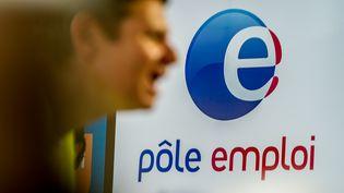 Un demandeur d'emploi se rend au stand de Pôle emploi lors d'un salon à Lille (Nord), le 28 mai 2015. (PHILIPPE HUGUEN / AFP)