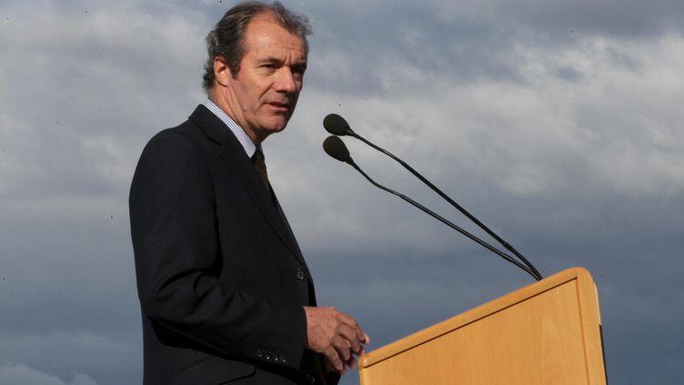 Le maire UMP de Roquebrune-sur-Argens (Var), LucJousse, donne un discours à l'occasion de la construction d'un chenil sur sa commune, le 15 novembre 2013. (MAXPPP)