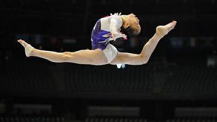 La Chinoise Yao Jinnan aux barres asymétriques lors des championnats du monde de gymnastique à Anvers (Belgique), le 1er octobre 2013. (JOHN THYS / AFP)
