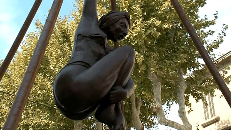 Femme en extension dans les rues de Salon-de-Provence par Nicole Brousse  (France3 / Culturebox)