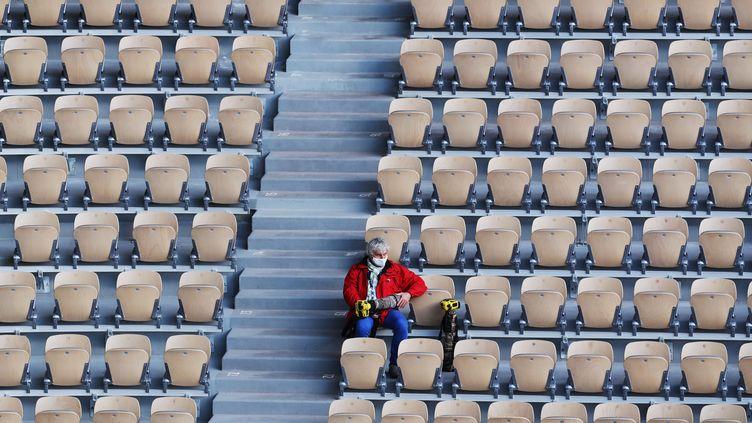 Un photographependant le match de demi-finale du simple masculin entre l'Espagnol Rafael Nadal et l'Argentin Diego Schwartzman àRoland Garros 2020, à Paris, France, le 9 octobre 2020. (MAXPPP)
