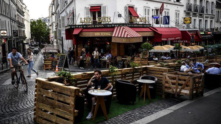 Des Français profitent du déconfinement, le 23 juillet 2020 à Paris. (CHRISTOPHE ARCHAMBAULT / AFP)