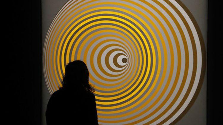 """Un visiteurdevant le tableau intitutlé """"Amy"""" (1967-1968), le 5 février 2019,lors de l'exposition Vasarely au Centre Pompidou à Paris. (FRANCOIS GUILLOT / AFP)"""