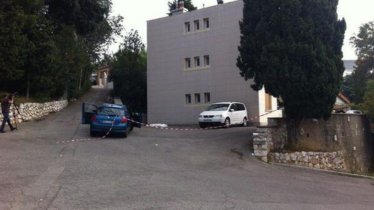 C'est au pied de cet immeuble du 14e arrondissement de Marseille (Bouches-du-Rhône) que la victime a été abattue, samedi 26 octobre. (HUGO CLEMENT / FRANCE 2)