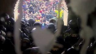 États-Unis : de nouvelles vidéos témoignent de la violence de l'attaque du Capitole (France 2)