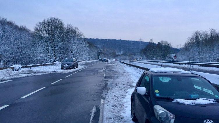 Des dizaines de véhicules abandonnés sur la N118, toujours fermée à la circulation mercredi 7 février. (MATTHIEU MONDOLONI / FRANCEINFO)