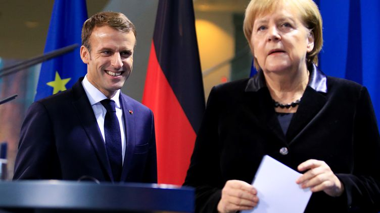 La chancelière Angela Merkel et Emmanuel Macron, à Berlin (Allemagne), le 18 novembre 2018. (ABDULHAMID HOSBAS / ANADOLU AGENCY / AFP)