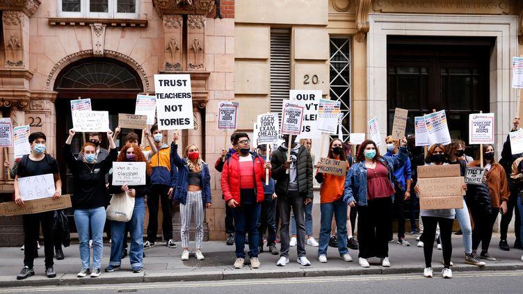 Des jeunes protestent devant ledépartement de l'Education britannique contre les changements de notation des examens, à Londres, au Royaume-Uni, le 15 août 2020. (DOMINIKA ZARZYCKA / NURPHOTO / AFP)