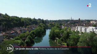 Aux portes de Poitiers, se trouve le parc naturel urbain de la Cassette. Un vrai havre de paix à quelques mètres de la ville, où marcheurs et joggeurs aiment se rendre.  (France 2)