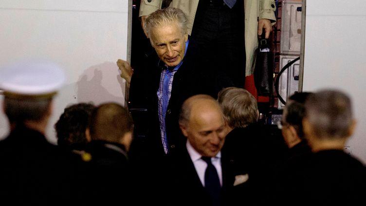 L'ex-otage Francis Collomp à son arrivée sur le sol français, le 18 novembre 2013, sur la base militaire de Villacoublay (Yvelines). (KENZO TRIBOUILLARD / AFP)
