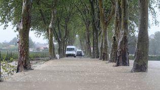 Dans le village de Plaissan (Hérault), l'eau a envahi les routes. (MAXPPP)