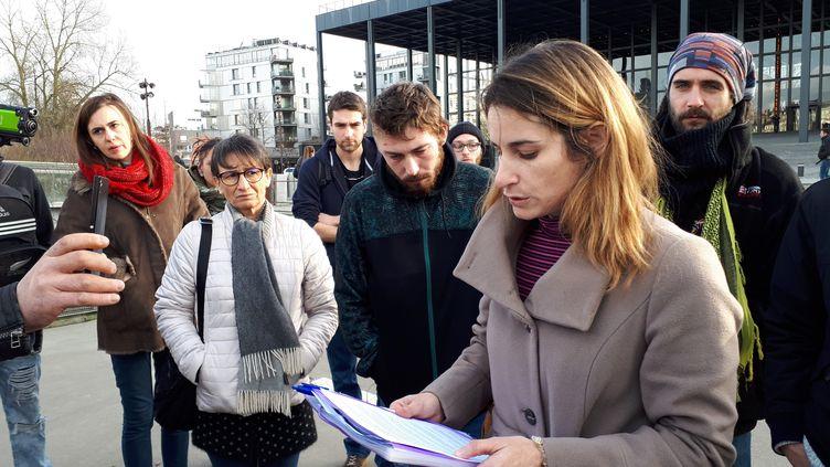 """La belle-mère d'un jeune manifestant blessé dans une manifestation de """"gilets jaunes"""" à Nantes, lit un communiqué après le dépot de plaintes contre les forces de l'ordre. (PASCALE BOUCHERIE / RADIO FRANCE)"""