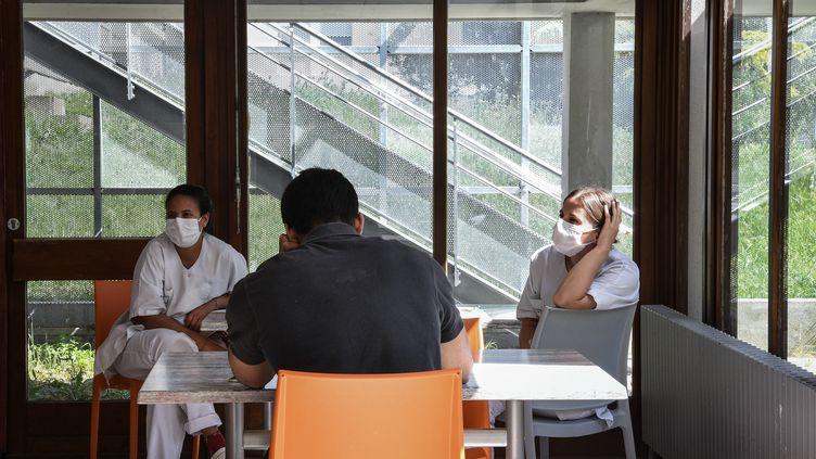 La psychiatre Marie-Christine Beaucousin, qui dirige l'un des pôles de l'hôpital psychiatrique de Ville-Evrard (Seine-Saint-Denis), constate un afflux de nouveaux patients jeunes, chez qui le confinement provoque desangoisses. (ANNE-CHRISTINE POUJOULAT / AFP)