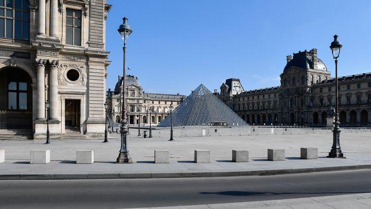 Pas un chat devant le Louvre, au 15e jour de confinement (31 mars 2020) (JULIEN MATTIA / ANADOLU AGENCY / AFP)