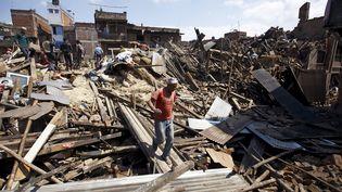 Un homme marche dans la ville dévastée de Bhaktapur (Népal), après un tremblement de terre, le 27 avril 2015. (NAVESH CHITRAKAR / REUTERS)