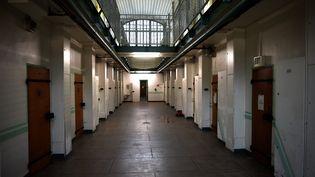 Un couloir dans la prison de Fresnes (Val-de-Marne), le 11 janvier 2018. (STEPHANE DE SAKUTIN / AFP)