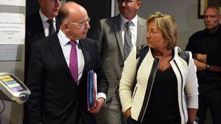 Bernard Cazeneuve et la maire de Calais Natacha Bouchart sortent de la sous-préfecture le 2 septembre 2016 (FRANCOIS LO PRESTI / AFP)