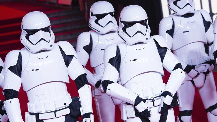 """Desstormtroopers à la première du film """"Star Wars : le dernier Jedi"""", à Londres, le 12 décembre 2017. (JEFF SPICER/GEISLER-FOTOPRESS)"""