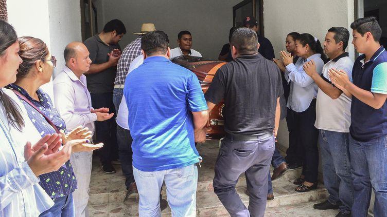 Les parents et amis de la journaliste mexicaine Norma Sarabia, sixième journaliste assassinée en 2019 au Mexique, portent son cercueil, dans l'État de Tabasco, au Mexique, le 12 juin 2019. (CARLOS PEREZ / AFP)