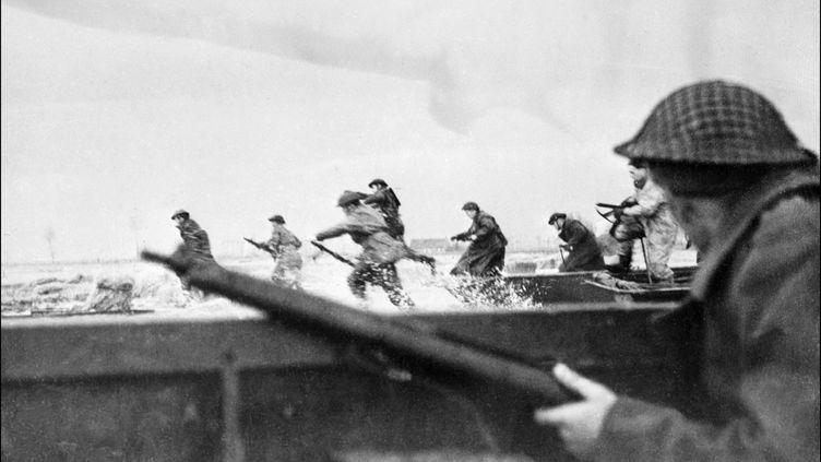 Débarquement des troupes canadiennes sur la plage de Courseulles-sur-mer (Calvados), le 6 juin 1944. (STF / AFP)
