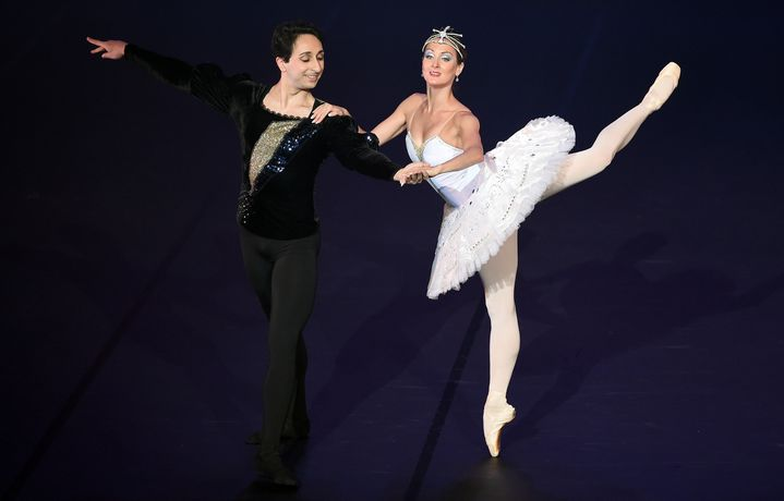 """Les danseurs du Palais d'Hiver Saint-Petersbourg Ballet, dans une adaptation du """"Petit Prince"""", avec une chorégraphie de François Mauduit  (STEPHANE DE SAKUTIN / AFP)"""