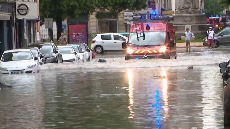 La ville de Reims, dans la Marne, a aussi été durement atteinte par des pluies torrentielles. La montée des eaux a été très rapide. Une partie du centre-ville a été complètement inondé. (CAPTURE ECRAN FRANCE 3)