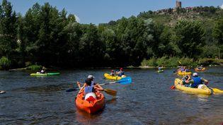 Des touristes font une randonnée en canoë en Auvergne, le 31 juillet 2020 (RICHARD BRUNEL / MAXPPP)