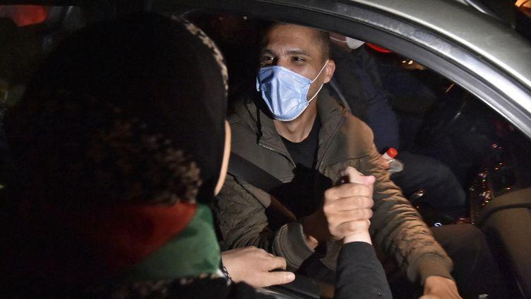 Le journaliste algérien,Khaled Drareni, accueilli par ses soutiens à sa sortie de la prison de Koléa, le 19 février 2021. (RYAD KRAMDI / AFP)
