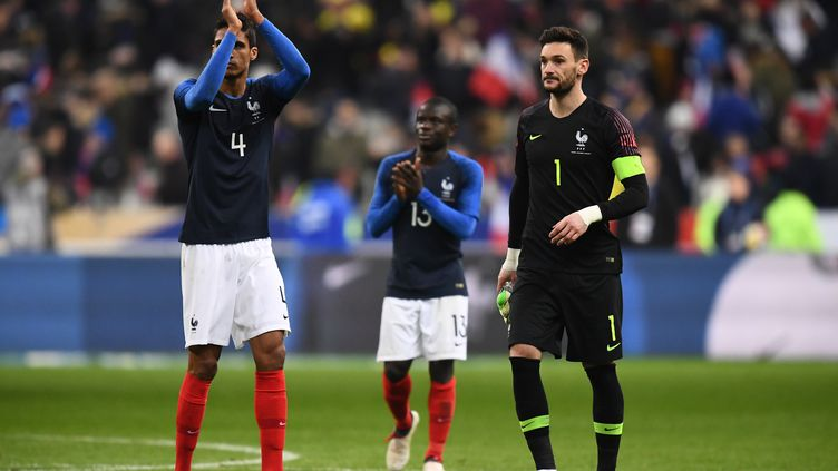 Raphaël Varane et la défense française n'ont pas été à la hauteur face à la Colombie (FRANCK FIFE / AFP)