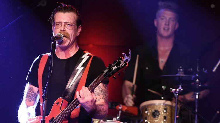 Eagles of Death Metal - Jesse Hugues et Josh Homme à la batterie au second plan, sur scène à Los Angeles le 19 octobre 2015.  (Kevin Winter / Getty Images / AFP)