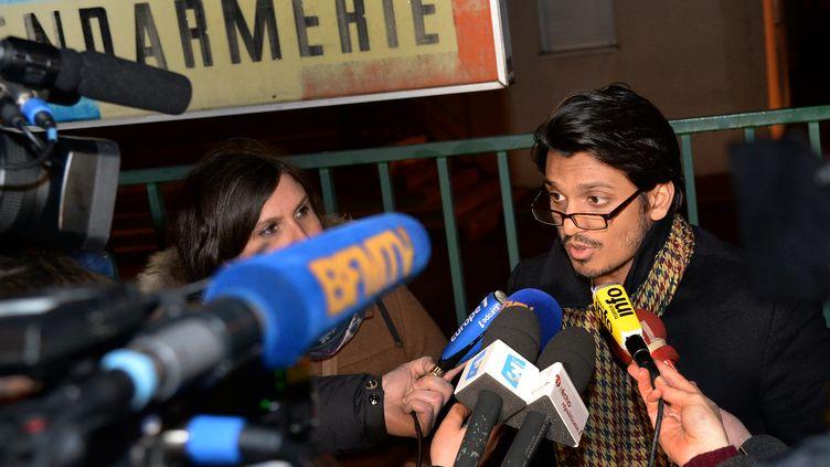 Sanjay Mirabeau, l'avocat de Dieudonné, le 22 janvier 2014, à sa sortie de la gendarmerie de Dreux (Eure-et-Loir) où son client a été placé en garde à vue. (PIERRE ANDRIEU / AFP)