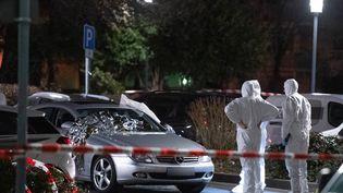 La police scientifique intervient sur le lieu d'une fusillade à Hanau, en Allemagne, le 20 février 2020. (BORIS ROESSLER / DPA / AFP)