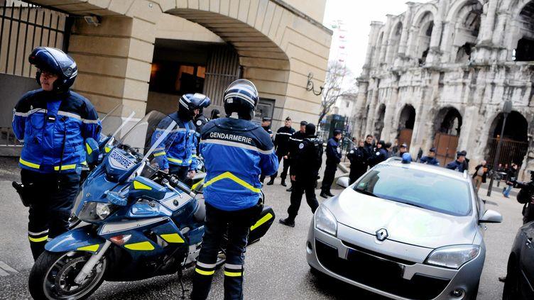 Les gendarmes aux abords du palais de justice de Nîmes (Gard), avant l'audition par la juge d'instruction deKamel Bousselat, le ravisseur présumé de Chloé,le 14 décembre 2012. (MAXPPP)