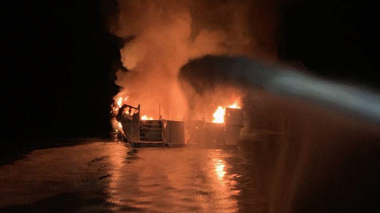 Ce bateau de plongée de 22 mètres de long a pris feu près de l'île de Santa Cruz, au large de Los Angeles, le 2 septembre 2019. (VENTURA COUNTY FIRE DEPARTMENT / AFP)