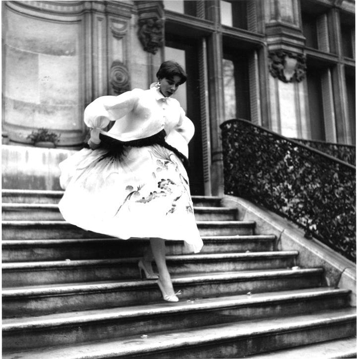 Fath mettra le dernier coup de pinceau à sa nouvelle image en l'envoyant chez Georgel, le salon de coiffure le plus réputé de l'époque. Bettina ressort avec des cheveux à un centimètre. Paris-Match fait aussitôt un reportage sur « la Française la plus photographiée de France », et elle instantanément imitée par des centaines d'admiratrices. Bettina lance une nouvelle mode et Fath crée sa fameuse série de blouses fermées par une rose.  (Willy Rizzo)