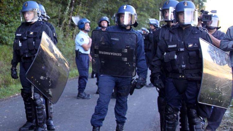 (La grenade défensive suspendue pour les gendarmes mobiles, ici à Sivens le premier septembre © MaxPPP)