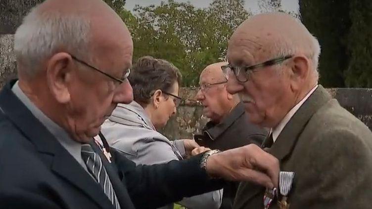 À Saint-Rémy-sur-Creuse, dans la Vienne, le maire s'associe à d'autres communes pour transmettre l'histoire de la Seconde Guerre mondiale. (FRANCE 2)