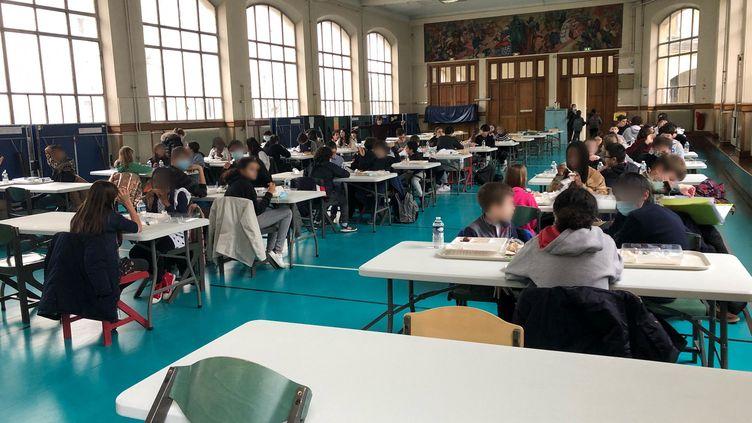 Le gymnase fait office de deuxième réfectoire dans la cité scolaire La Fontaine, à Paris (16e arrondissement). (ALEXIS MOREL / FRANCE-INFO)