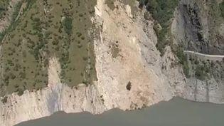 Le lac du Chambon, dans l'Isère, après l'effondrement d'un pan de montagne, le 27 juillet 2015. (JEAN-PIERRE RIVET / FRANCE 3 ALPES)