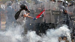 Un manifestant libanaisface aux forces de sécuritéàBeyrouth, le 8 août 2020. (STR / AFP)