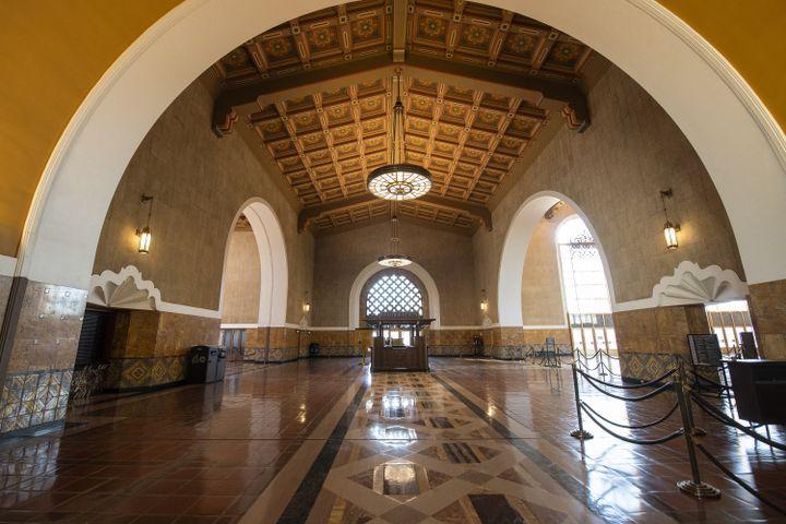 L'entrée principale de la gare Union Station à Los Angeles, où se déroulera la 93e édition des Oscars. (VALERIE MACON / AFP)