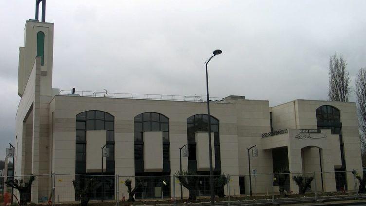 """Un individu a heurté""""à plusieurs reprises"""", le 29 juin 2017, les barrières de sécurité protégeant la mosquéede Créteil (Val-de-Marne). (MAXPPP)"""