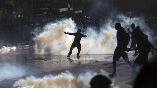 Des affrontements entre manifestants et forces de l'ordre lors d'une manifestation contre le gouvernement de Sebastian Piñeraà Santiago (Chili), le 27 décembre 2019. (CLAUDIO REYES / AFP)