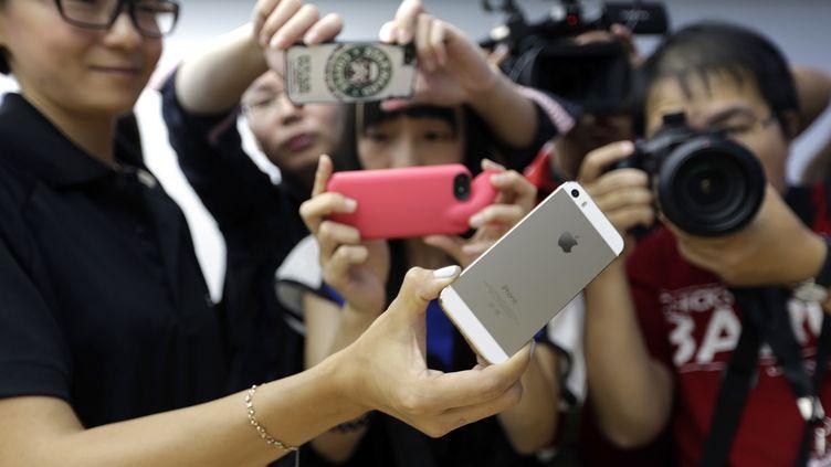 Un iPhone 5S est présenté à des journalistes chinois à Pékin (Chine), le 11 septembre 2013. (JASON LEE / REUTERS)