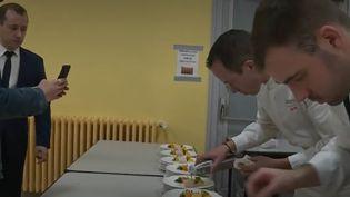 Jeudi 26 démembre, à Blois, dans le Loir-et-Cher, le chef étoilé Christophe Hay s'est mis au service des plus démunis en organisant un dîner de Noël d'exception. (France 2)