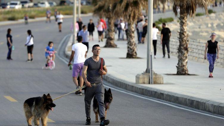 Les Libanais se baladent sur le front de mer à Beyrouth, le 8 mai 2020. (JOSEPH EID / AFP)