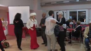 Le 31 décembre, il y a eu de nombreux réveillons solidaires, organisés notamment par l'association les Petits frères des pauvres. Ce fut par exemple le cas à Montpellier (Hérault), où les personnes âgées et isolées étaient les invités d'honneur. (FRANCE 3)